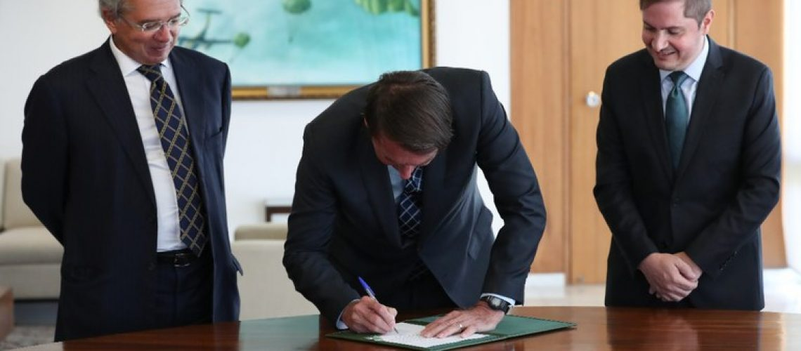 Bolsonaro assina as MPs 1045 e 1046